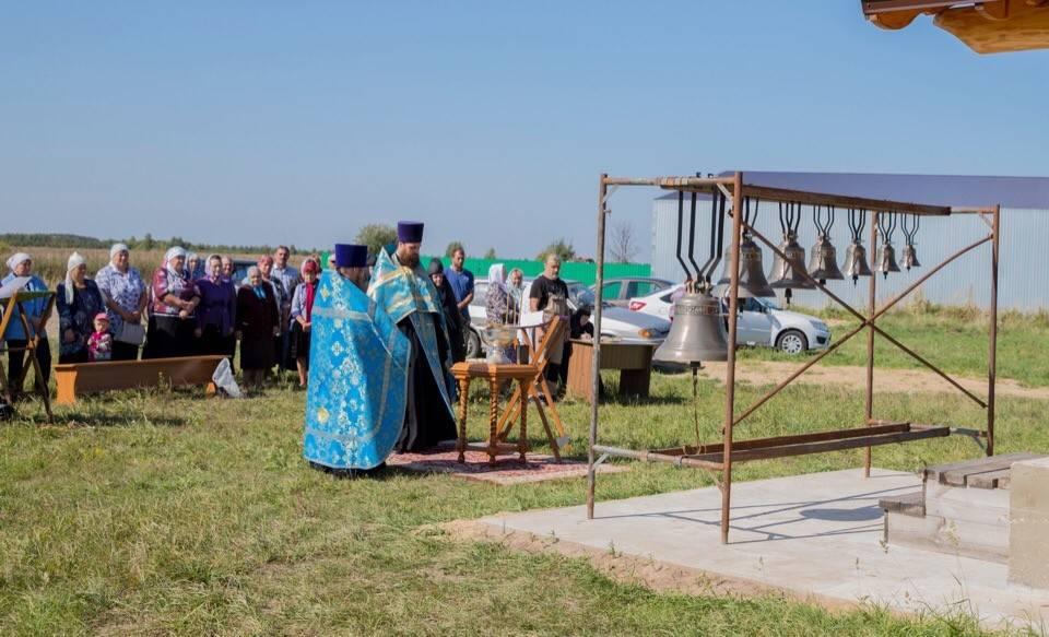 На подворье женского монастыря состоялось освящение колоколов