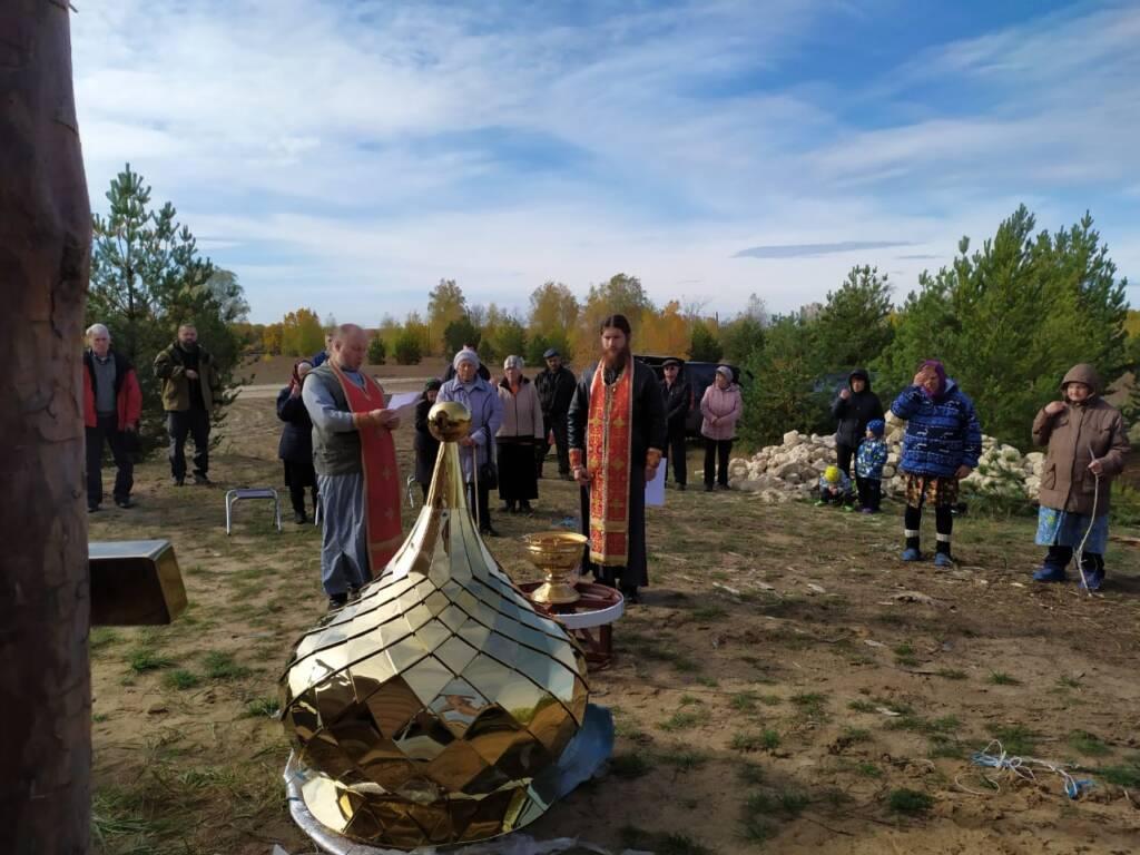 В поселке Ласинский освятили Крест и купол на строящийся храм
