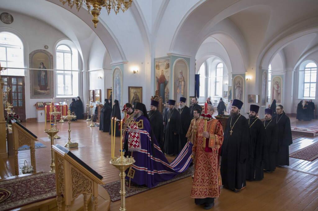 Божественная литургия в понедельник Светлой Седмицы в Милостиво-Богородицком женском монастыре поселка Кадома