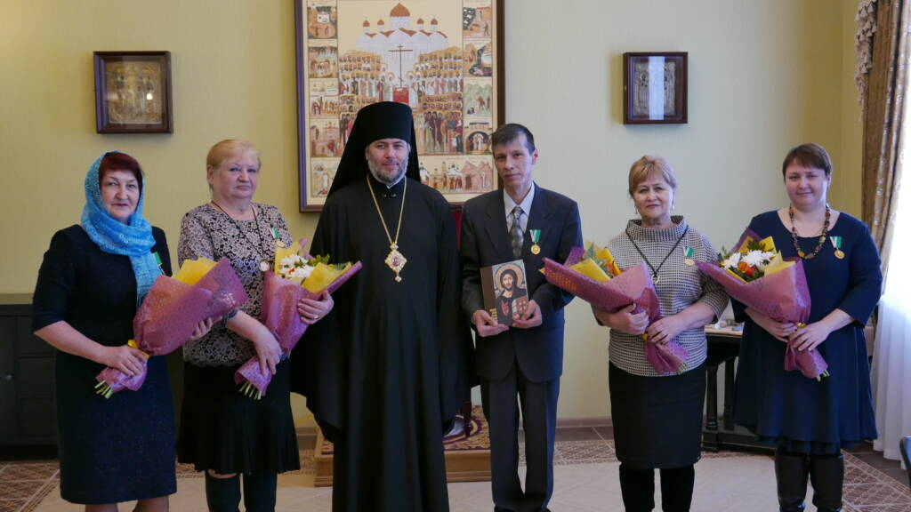 Епископ Василий вручил медработникам Патриаршие награды