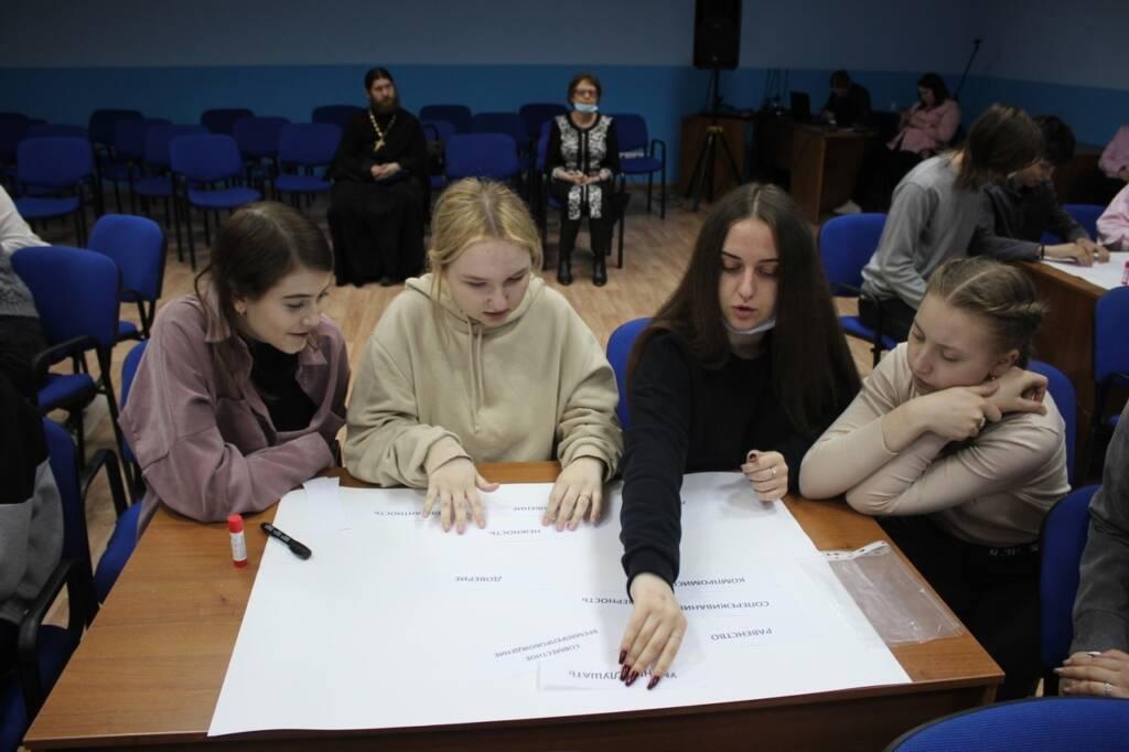 В Малом зале Дворца культуры председатель молодежного отдела Касимовской епархии иерей Димитрий Уляшин принял участие во встрече, посвященной семье, семейным ценностям и традициям.