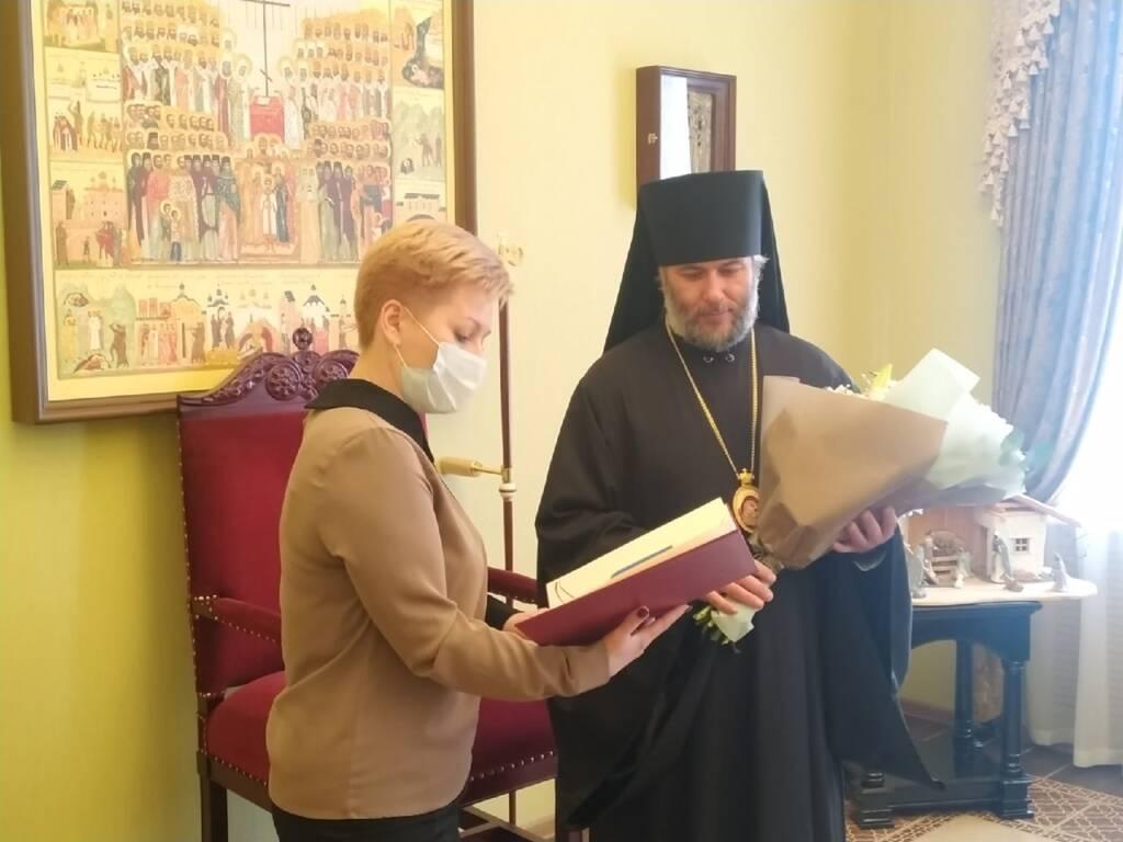 Заместитель главы администрации по социальной политике Татьяна Витальевна Соловьёва поздравила епископа Василия с днем рождения