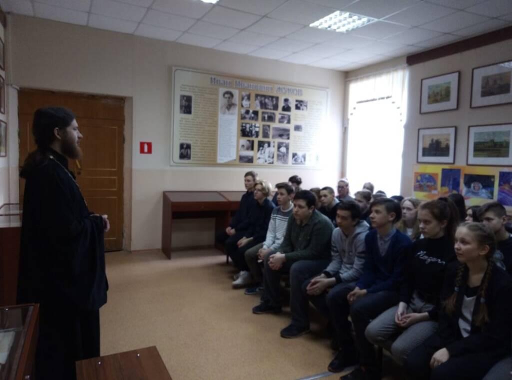 В СОШ №1 г.Касимова побывал председатель молодежного отдела иерей Димитрий Уляшин