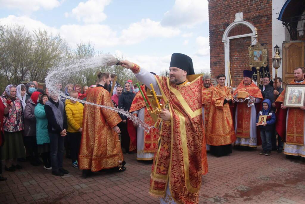 Божественная Литургия в среду Светлой Седмицы в Успенском храме рабочего поселка Шилово