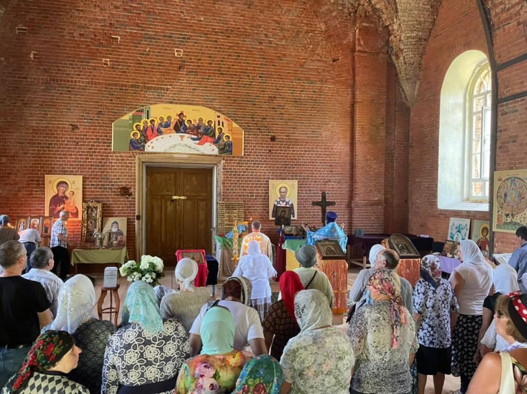 Секретарь епархиального управления протоиерей Иоанн Бобиков совершил Божественную Литургию в Тихвинском храме села Колычево