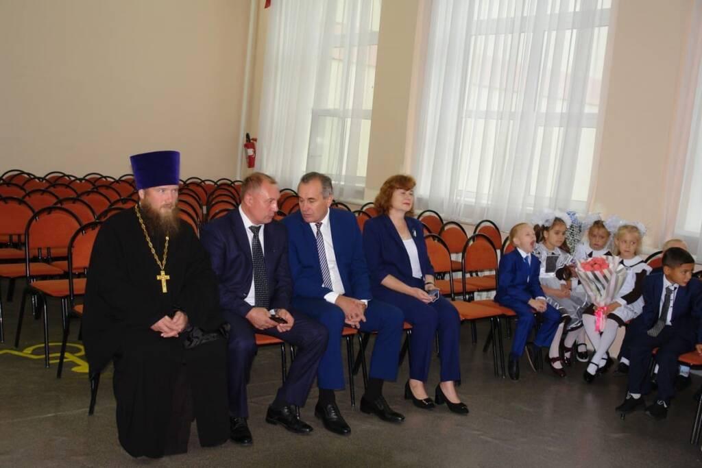 1 сентября 2021 год, настоятель Архангельского храма р.п.Ермишь иерей Николай Антонов поздравил учителей и школьников с Днем знаний